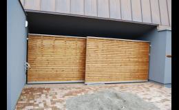 vjezdové brány s dřevěnými deskami jako výplní