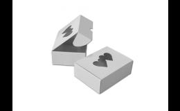 Papírové krabice na výslužku a cukrářské výrobky s otvorem ve tvaru srdce