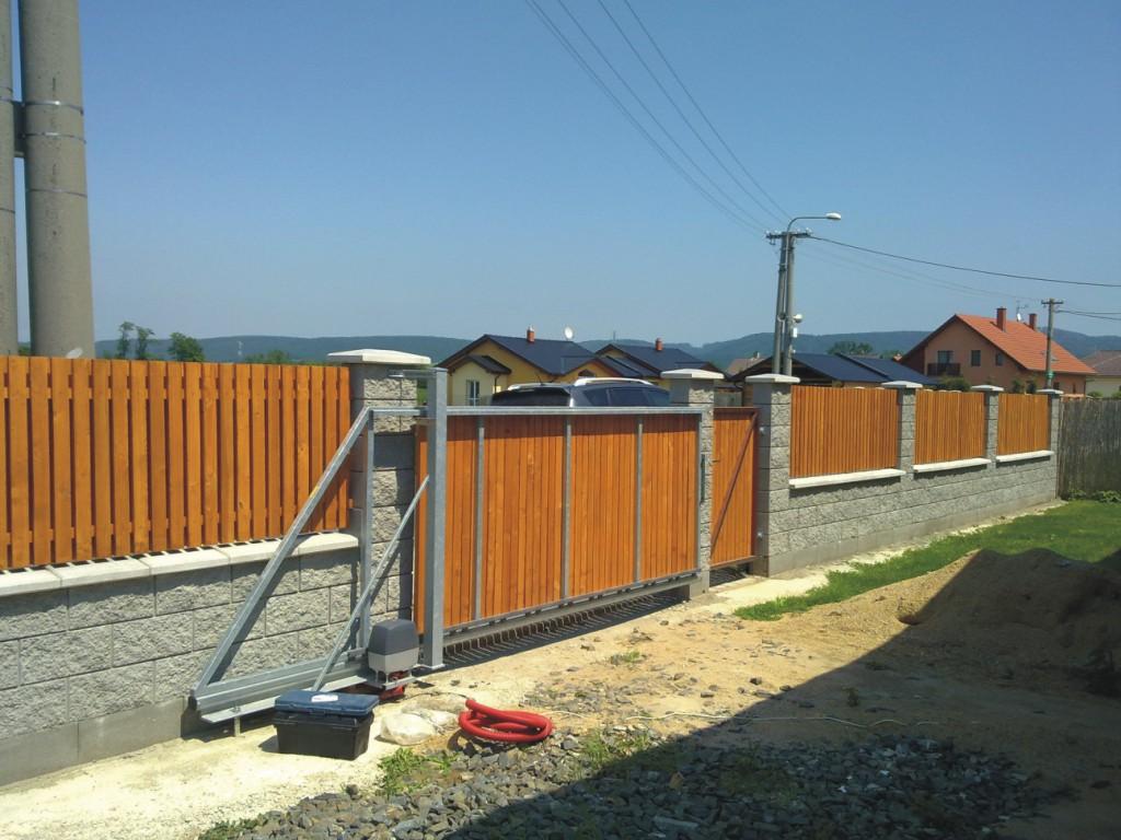 Výstavba plotu a pojezdové brány