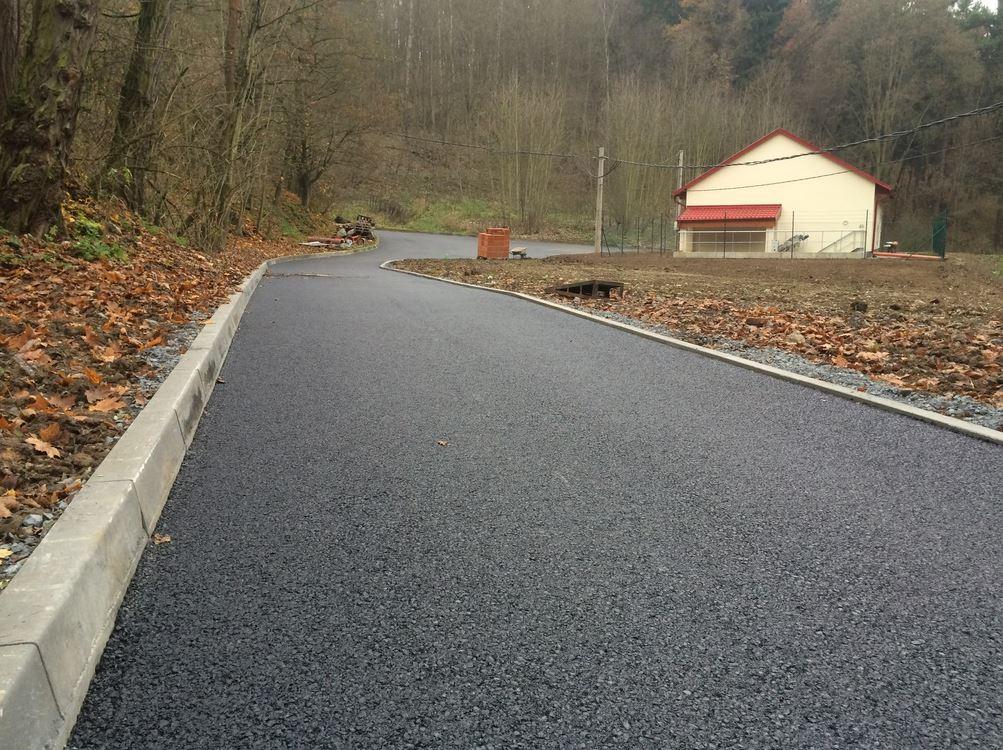 Celoplošná pokládka dvouvrstvého asfaltobetonového koberce