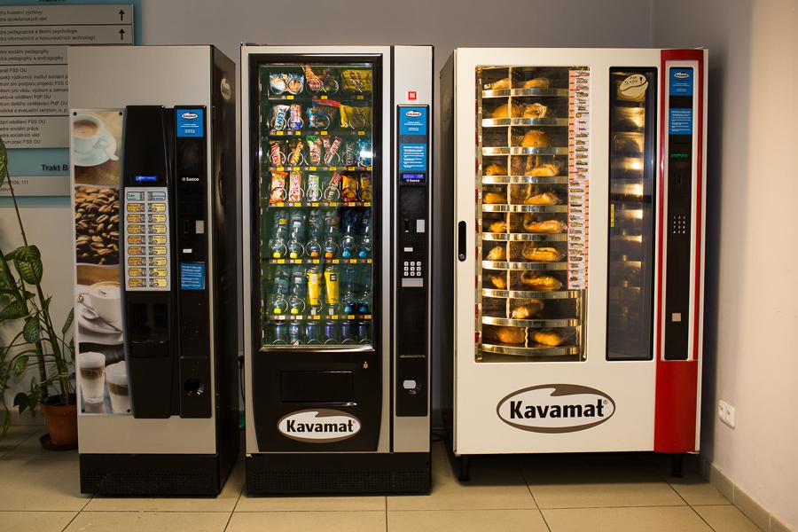 prodejní automaty na bagety a cukrovinky