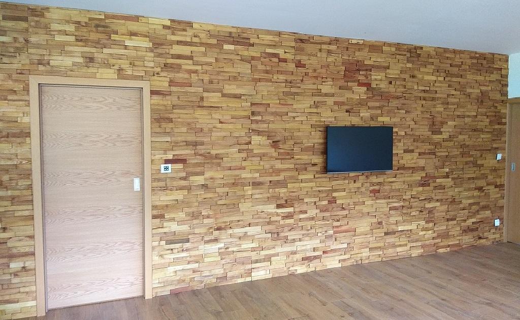 Akátová mozaika jako stěna obývacího pokoje rodinného domu
