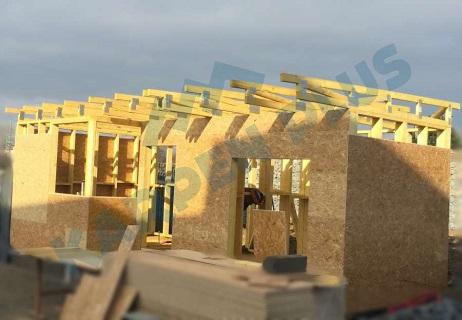 Rychle postavená hrubá stavba domu