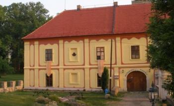 Zámek, Obec Lešany