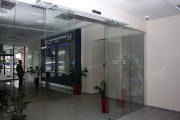 Automatick� dve�e SPEDOS, typ posuvn� celosklen�n�, realizace Autobusov� Stanice Rimavsk� Sobota, SPEDOS s.r.o.