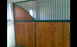 Boční stěny a výroba boxů pro koně