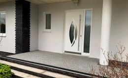Hliníkové vchodové dveře s biometrickým přístupovým systémem, bočním prosklením