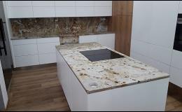 Kuchyňské pracovních linky z luxusních kamenných materiálů