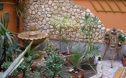 Moderní zahradní architektura z přírodního, umělého kamene