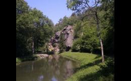Skála u potoka Polepka využívaná jako horolezecký terén