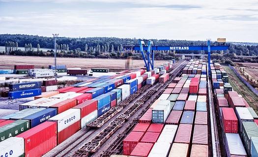 Pronájem mobilních námořních ocelových kontejnerů ke skladování zboží.