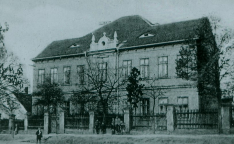 Kousek historie, škola