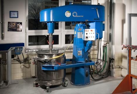 Stroj na výrobu a míchání barev