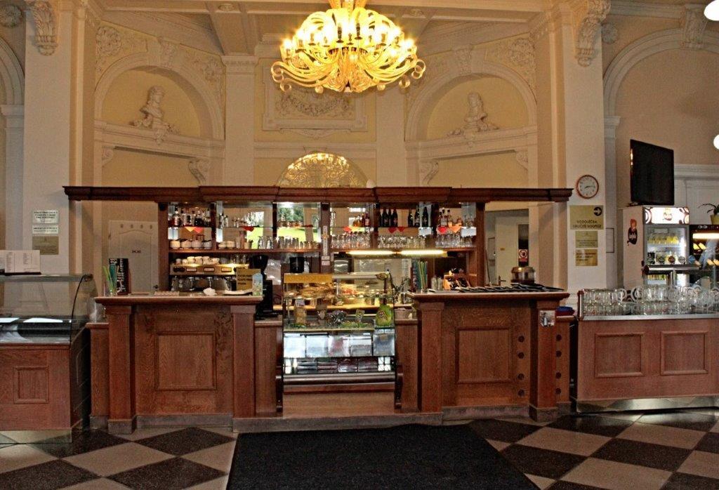 Kavárna v budově Letní lázně v Karlově Studánce