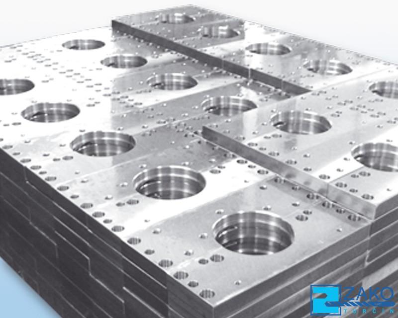 Přesné tvarové obrábění a vrtání na CNC vertikálních strojích