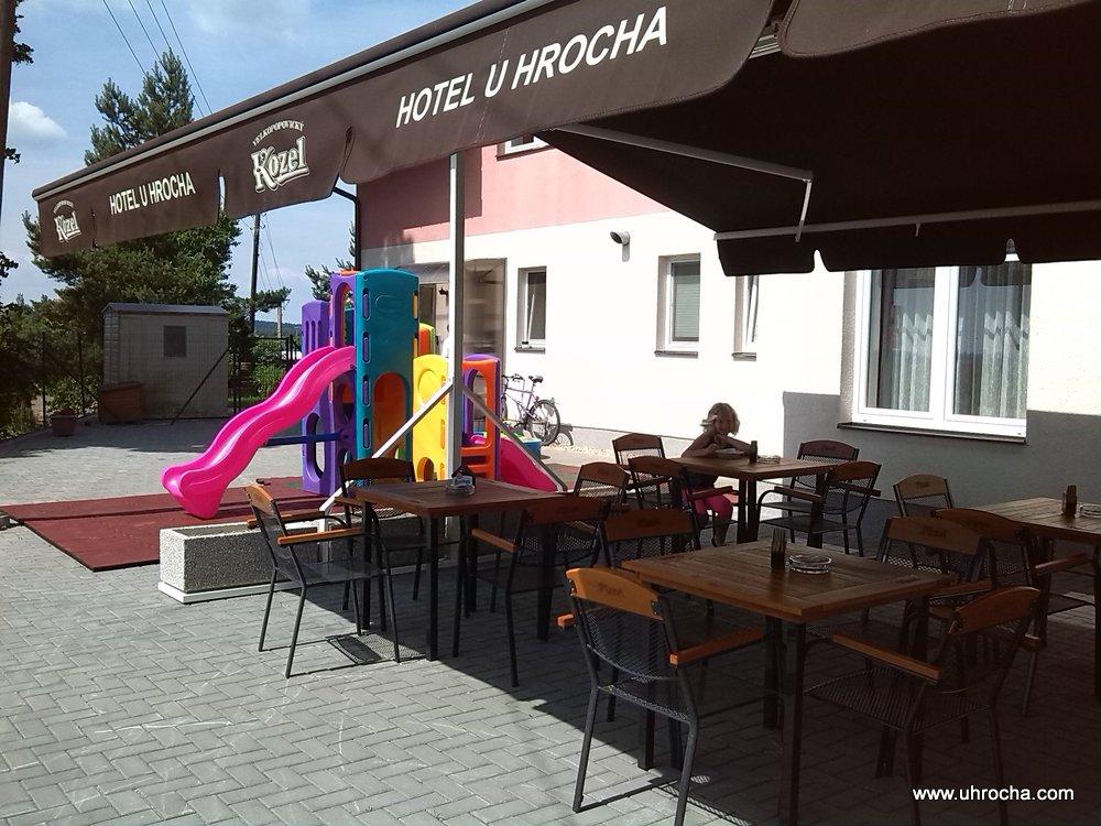 Letní terasa hotelu U Hrocha - výhled na krajinu Vysočiny