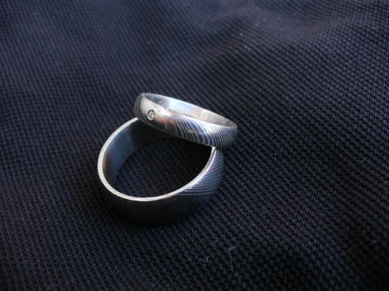 Zakázková výroba snubních prstenů z damascenské oceli