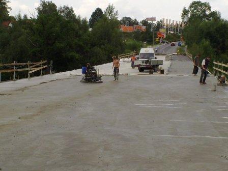 Betonový povrch na mostu