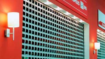 Navíjecí mříže pro obchody a obchodní centra
