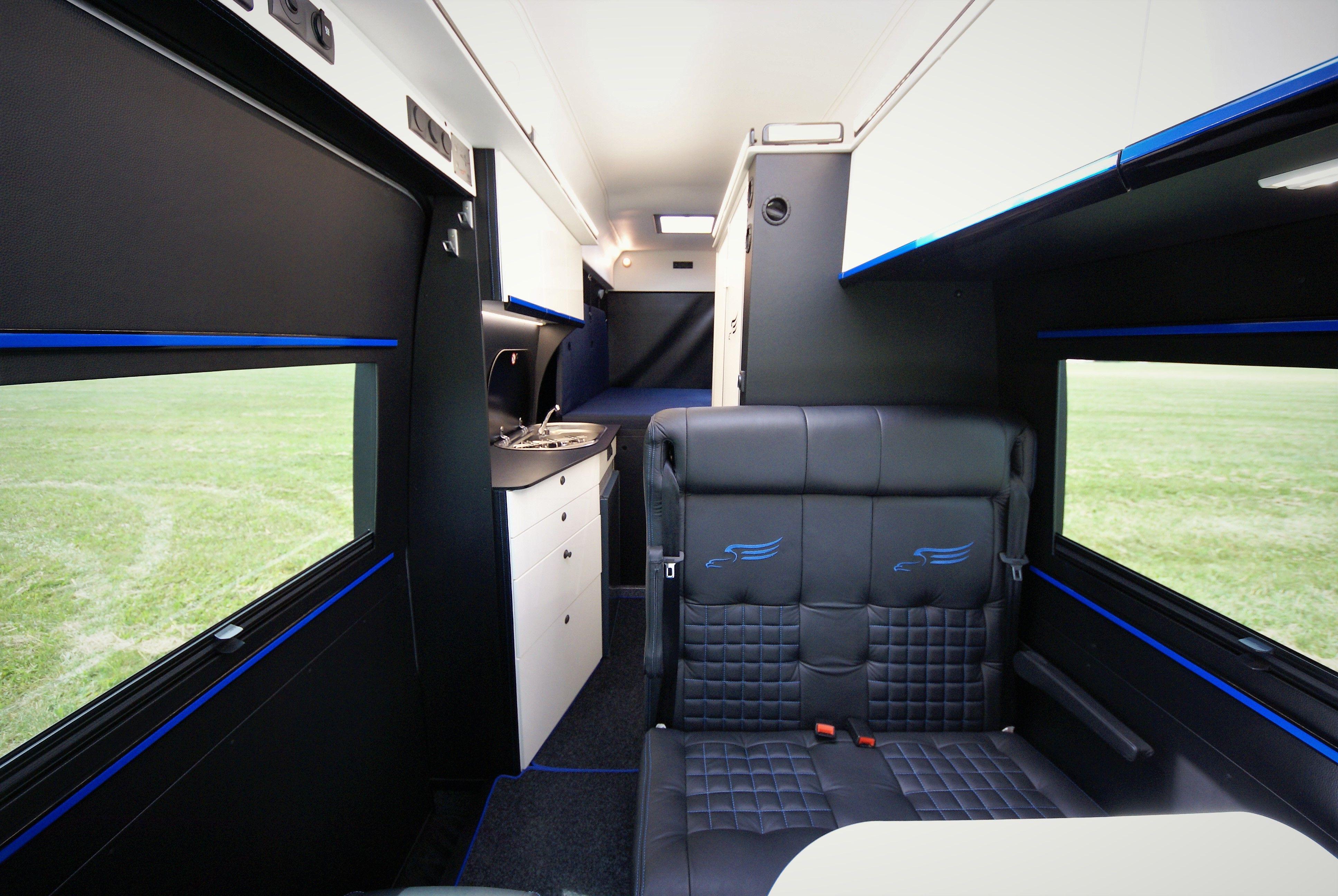 Luxusní koupelna a velká garáž v obytném vozu