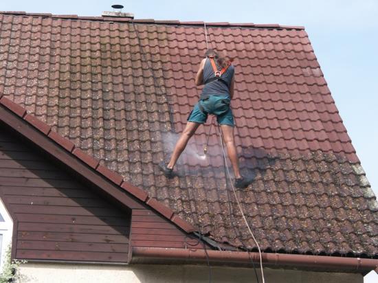 Čištění fasád Zlín nabízí čištění a ochranu střech s 5letou zárukou
