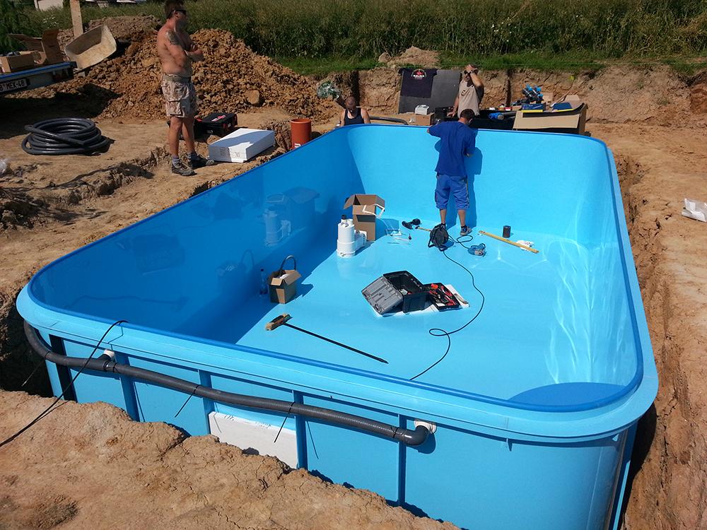 Postavení bazénu kompletně od vybagrování, přes vybetonování, po obložení dlažbou