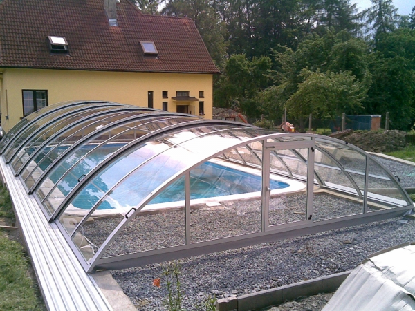 Bazén se zastřešením s výplní z kompaktního polykarbonátu