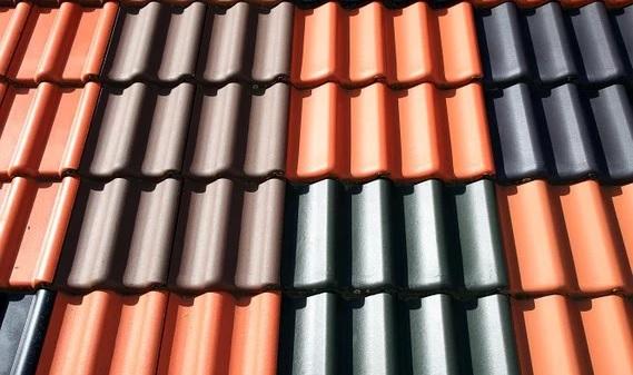 Plechové střechy vynikají nízkou hmotností a dlouhou životností