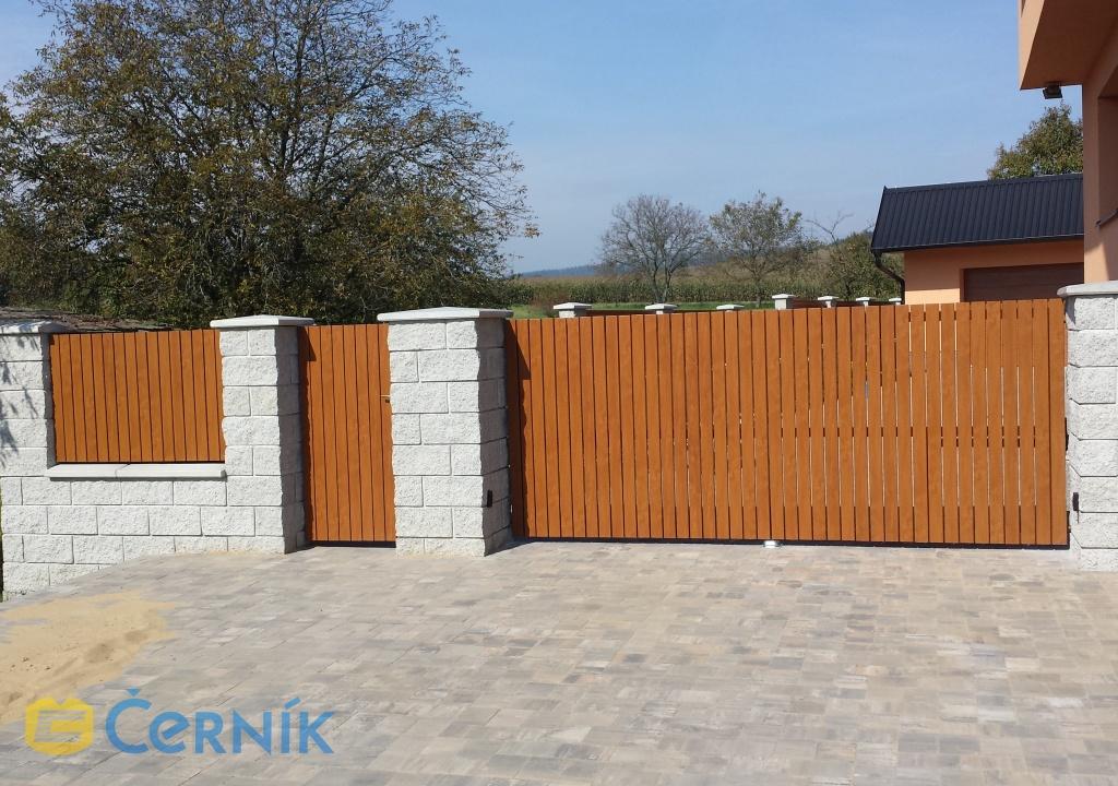 Vjezdové brány s dřevěnou výplní k rodinným domům