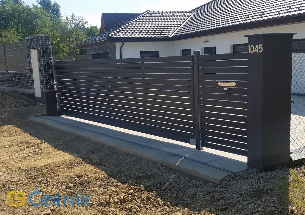 Vjezdové brány ocelové nebo s dřevěnou výplní