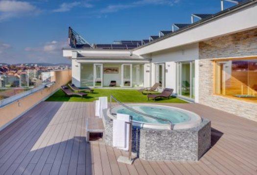 Finská sauna a vířivka na střeše hotelu Avanti v Brně