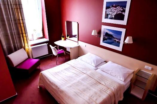 Stylově zařízené pokoje hotelu IBERIA i pro dlouhodobé ubytování