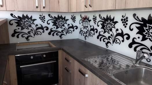 Skleněné obklady s grafikou za kuchyňskou linku