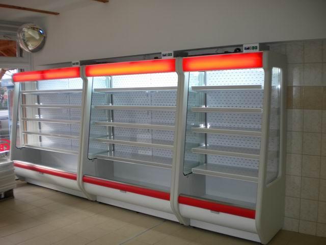 Přístěnné vitríny pro chlazené potraviny v obchodech