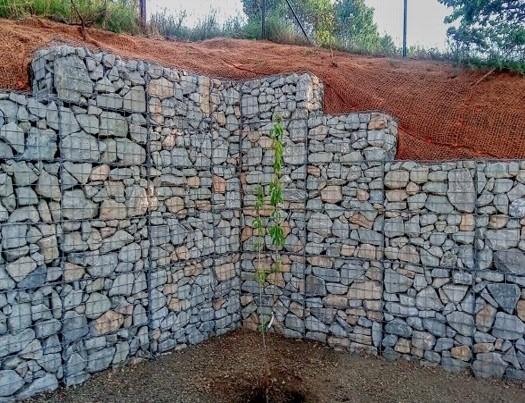 Opěrná sít z gabionů s pískovcovým kamenem