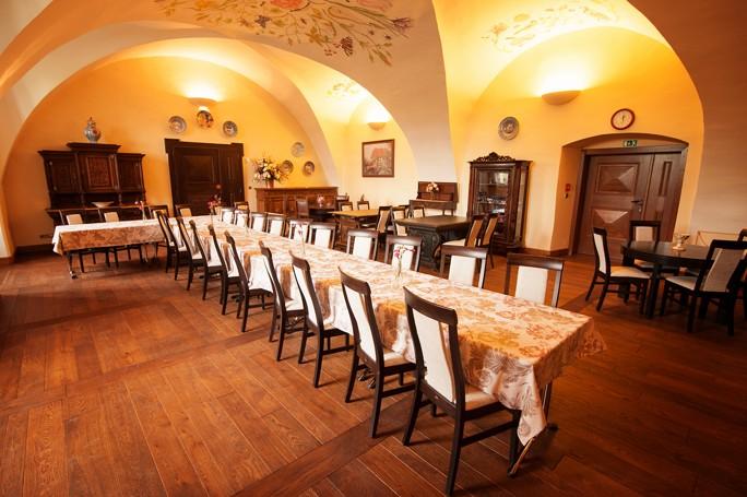 Krásné prostředí zámecké jídelny jako stvořené pro firemní školení nabízí k pronájmu Hotel Zámek Valeč