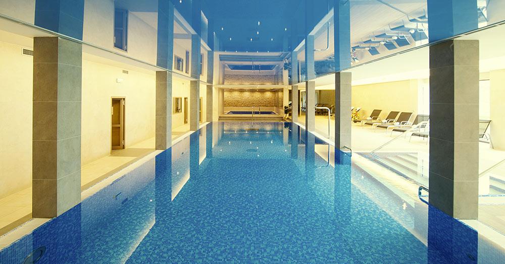 Vnitřní bazén v hotelu Zámek Valeč Vám umožní aktivní odpočinek