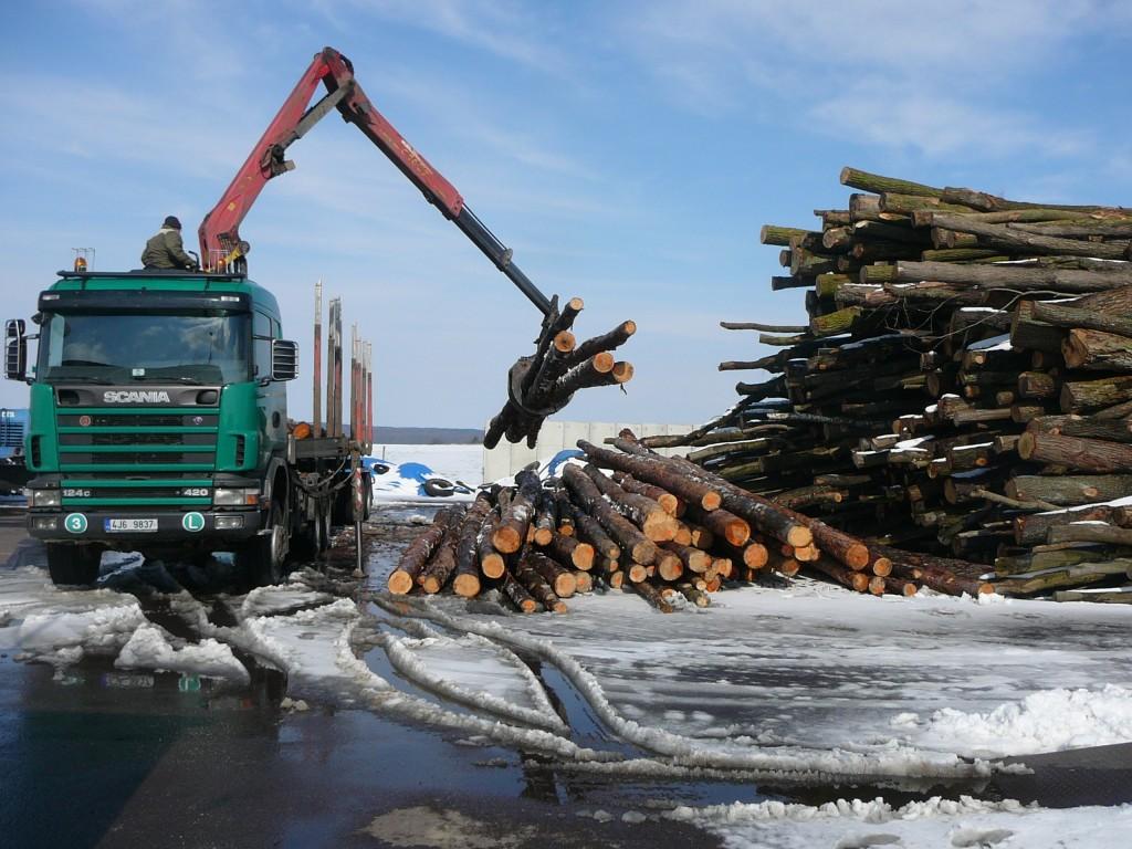 Společnost BOŠ spol. s r.o. má vybavený vozový park nákladních aut pro dovoz materiálu