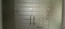 Prosklené dveře v designové povrchové úpravě v interiéru obchodů