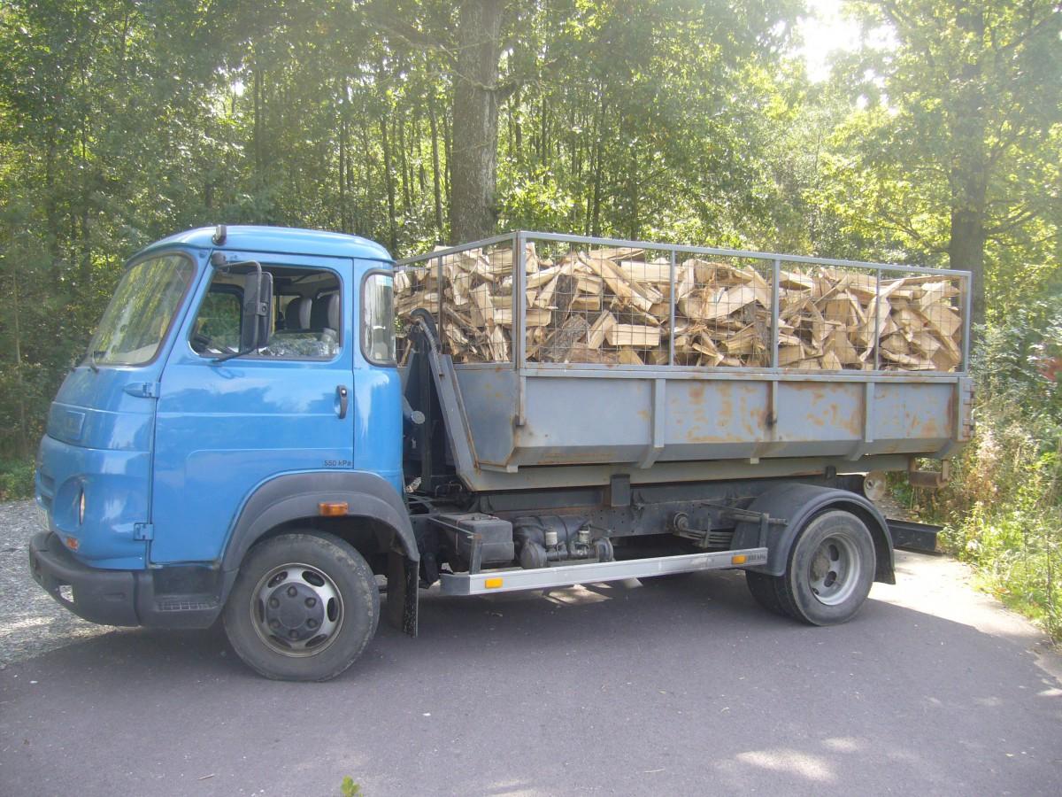 Palivové dřevo dodáváme jako sypané nebo skládané