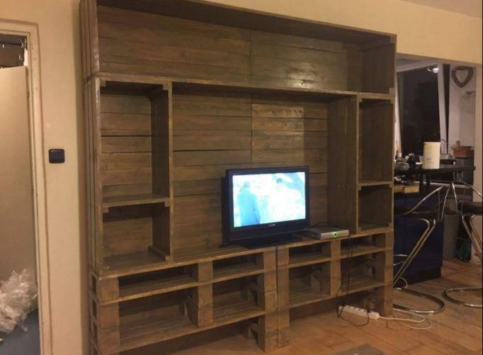 Jedinečnou obývací stěnu z palet Vám na míru vyrobí společnost Pila Benda s.r.o. Dačice