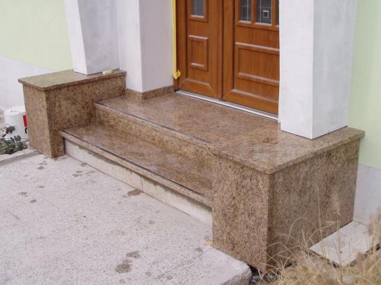 Společnost Kamenosochařství Benešovský Antonín se zabývá výrobou schodišť z kamene či žuly
