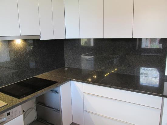 Nová kuchyňská deska z žuly nebo kamene od společnosti Kamenosochařství Benešovský Antonín dodá Vaší kuchyni luxusní vzhled