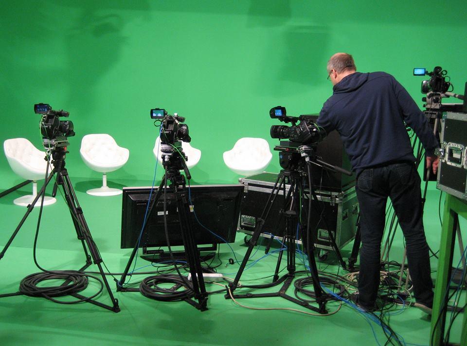 Praktická část mediálního tréninku se odehrává v reálném televizním studiu Praha