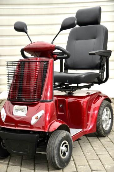 Vozík pro seniory s otočným sedadlem pro pohodlné nasedání