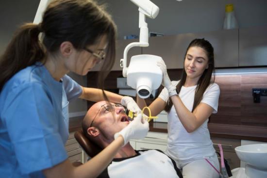 Entonox pro bezbolestné ošetření zubů bez vpichu jehly