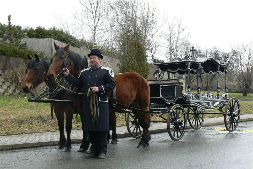 Převoz nebožtíka koňským povozem