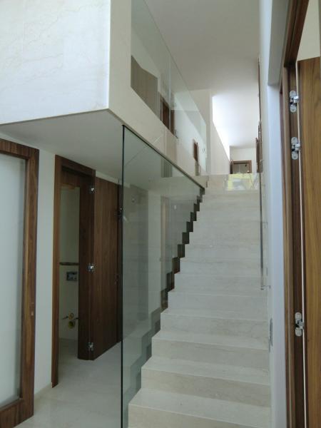 Zrcadlová příčka vedle schodů od společnosti ACERA SKLO s.r.o.