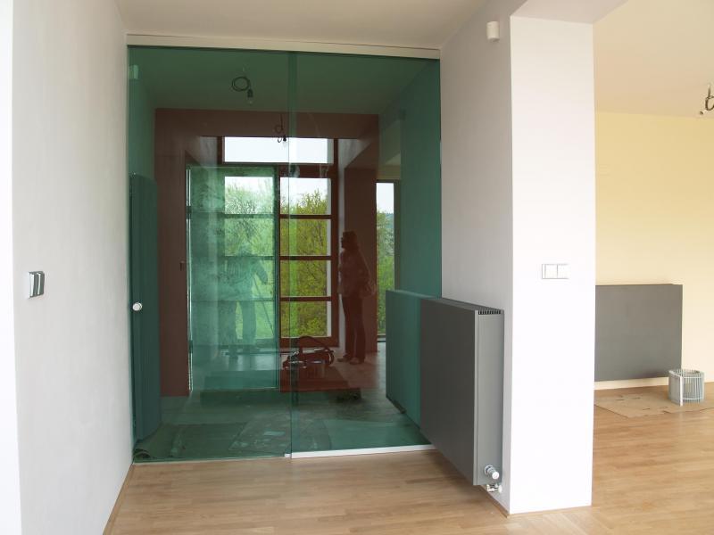 Kyvné zrcadlové dveře od společnosti ACERA SKLO s.r.o.