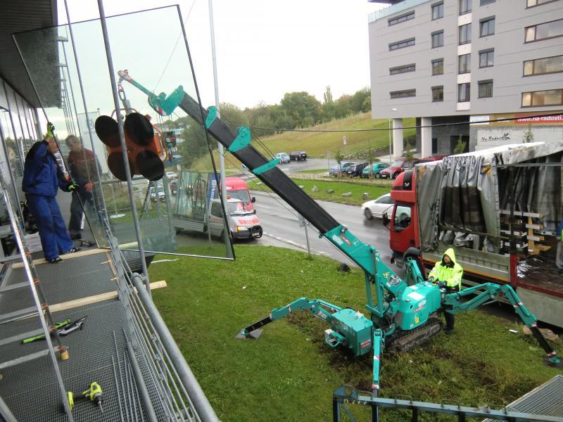 Použití autojeřábu při montáži skla ve výškách zajišťuje od společnosti ACERA SKLO s.r.o.